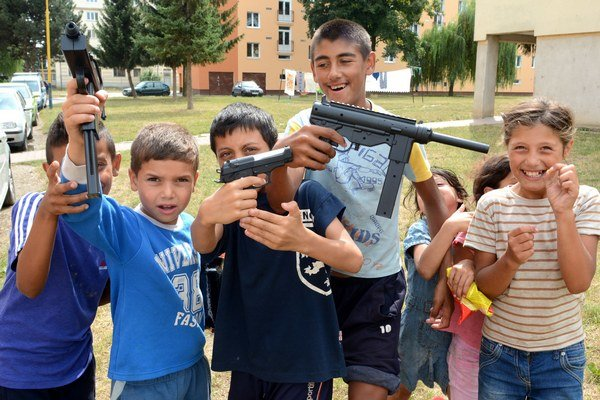 Veľká zábava... Tvrdili, že oni na nikoho nestrieľajú, ani nevedia, kto strieľal. Nakoniec na nás spustili paľbu.
