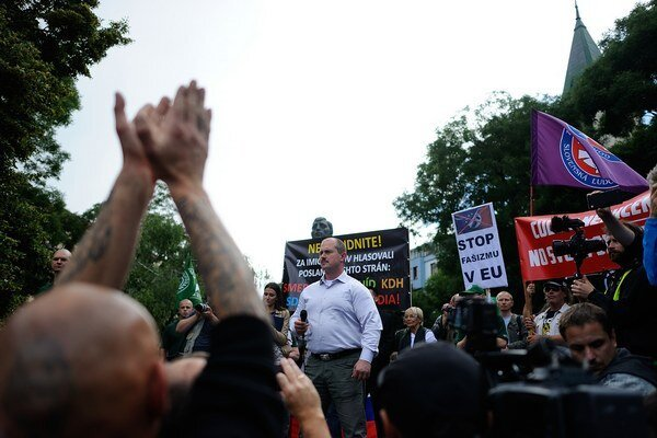 Aj Marián Kotleba sa bojí. Svoj strach a strach ľudí šikovne využil ako predvolebnú kampaň vlastnej strany. Na snímke účastníci protestného zhromaždenia proti prílevu afrických imigrantov do Európy - STOP islamizácii Európy na Námestí SNP v Bratislave, 20
