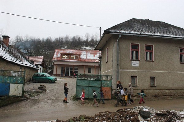 V areáli Základnej školy v Roškovciach si osadíci postavili modernú budovu.