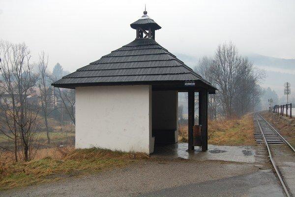 Na prvý pohľad romantický kút Slovenska, kam si chodia turisti oddýchnuť a povoziť sa na železničke. Domácim obyvateľom sa tu vždy žilo ťažko.