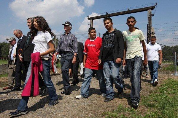 Rómovia v Osvienčime v roku 2010.