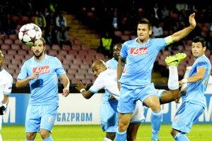 Hráč Olympique Marseille Andre Ayew (v strede) skóruje do bránky Neapolu.