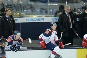 Vpravo tréner slovenskej hokejovej reprezentácie Vladimír Vůjtek a vľavo asistent Vladimír Orságh, vľavo dole Andrej Šťastný a vpravo Radoslav Tybor