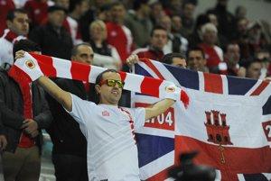 Gibraltárski fanúšikovia na tribúnach štadióna v portugalskom Algarve.