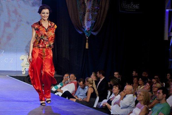 Kristína Kormúthová prišla o rasistický status na Facebooku o prácu. Nebude ani tvárou módnej šou na rómskom festivale.