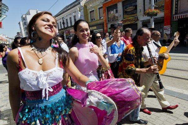 sprievod účinkujúcich na minuloročnom festivale International Gypsy Fest v Bratislave.