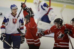 Kanada vyrovnáva na 1:1. So strelcom Curtisom Lazarom (v strede) sa tešia Nic Petan a Anthony Mantha.