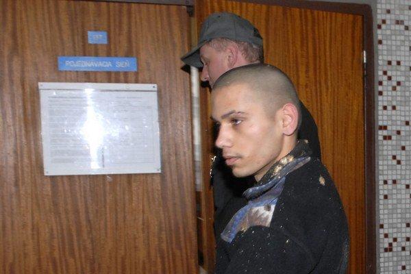 Brutálny vrah na súde. Eskorta ho priviedla z väzby.