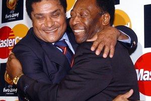 Eusebio a Pelé v objatí počas lisabonského stretnutia v marci 2003.