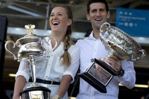 Minuloroční víťazi, Bieloruska Viktoria Azarenková a Srb Novak Djokovič, pózujú s trofejami pred žrebom turnaja.