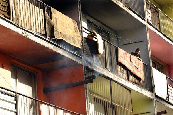 Dymovody. Trčia z prerazených stien mnohých bytov.
