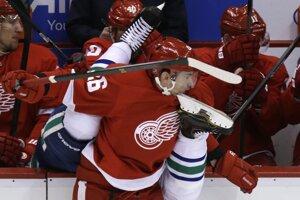 Záber číslo 2. Útočník Detroitu Red Wings Slovák Tomáš Jurčo v súboji s hráčom Vancouveru Canucks Alexandrom Edlerom.