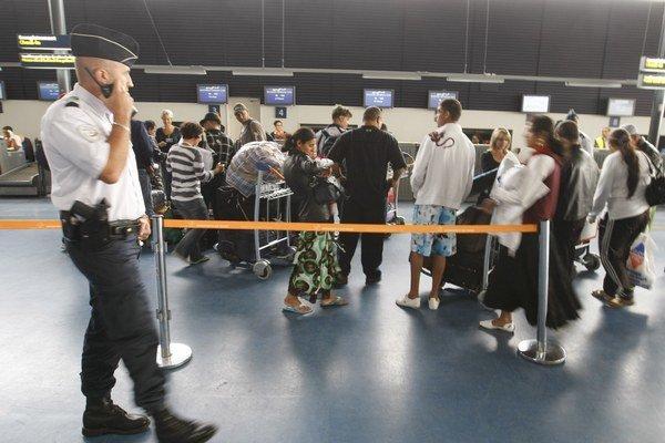 Francúzsko tvrdo masívne deportuje imigrantov z krajiny.