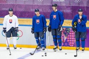 Slovenskí hokejisti absolvovali sobotňajší tréning v dobrej nálade. Okolo kapitána Zdena Cháru sú sprava Marcel Hossa, Branko Radivojevič a Milan Bartovič.