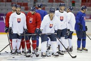 Slovenskí hokejisti na nedeľňajšom tréningu. Prvý zápas ich čaká vo štvrtok proti USA.