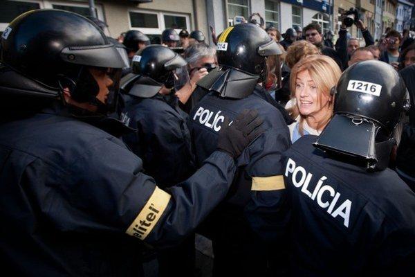 Monika Flašíková-Beňová už má s políciou skúsenosti. Takto zastavila pochod proti extrémizmu v Bratislave, ktorého sa europoslankyňa zúčastnila.