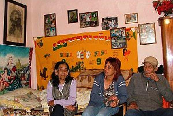 Rómska žena doma s príbuznými, severovýchodné Maďarsko, 2006. Stará dáma je maďarská Rómka, čiže Rómka s maďarským materinským jazykom. Väčšina tej časti populácie, ktorú v Maďarsku považujú za rómskou, približne 70 – 85%, patrí k maďarským Rómom (t.j