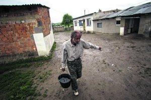Mnoho ľudí z dediny si nosí vodu vo vedrách.