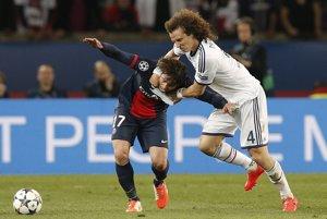V bielom obranca Chelsea David Luiz. V druhom polčase si strelil vlastný gól.