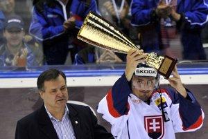 Miroslav Šatan s pohárom pre víťaza Slovakia Cupu.