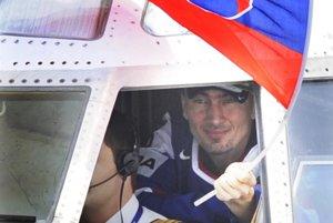 Prílet z MS z Helsínk 21. mája 2012. Miroslav Šatan so slovenskou zástavou v pilotnej kabíne.