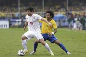 Zápas Brazília - Srbsko. Marcelo (vpravo) a Srb Miloš Jojič.