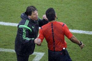 Mexický tréner Miguel Herrera sa sťažuje štvrtému rozhodcovi.