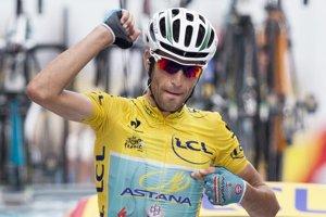 Vincenzo Nibali v cieli ďakuje svojim kolegom z Astany.