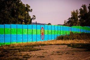 Tomáš Rafa opäť maľuje na segregačné múry