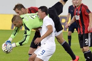 Dobrivoj Rusov zasahuje počas odvety play-off Európskej ligy.