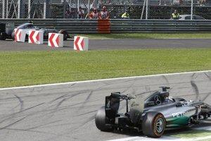 Hamilton predchádza Rosberga.