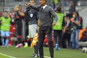 Tréner Bayernu Pep Guardiola počas zápasu proti Manchestru City.
