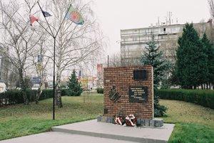 Pamätníky obetiam rómskeho holokaustuPamätník v Dunajskej Strede, ktorý odhalili 4. augusta 2006 z iniciatívy Inštitútu pre romologický výskum, metodiku a praktickú aplikáciu.