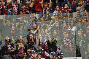 Belasí oslavujú prvý gól z hokejky Nagya.