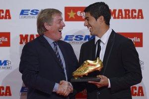 Suarez si prebral trofej z rúk Kennyho Dalglisha.