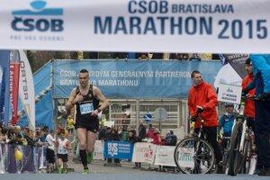 Na snímke s číslom 880 prvý Slovák v cieli ČSOB Bratislava Marathon 2015 Gabriel Švajda.
