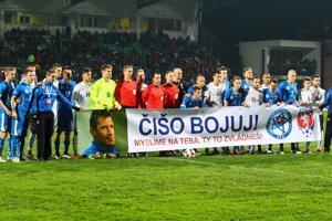 Slovenskí futbalisti vyjadrili transparentom podporu bývalému reprezentantovi Mariánovi Čišovskému, ktorý bojuje s ťažkou chorobou.