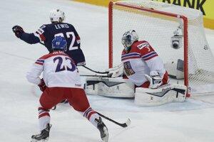 Trevor Lewis (v tmavom drese) pridáva druhý gól USA do siete Ondřeja Pavelca.