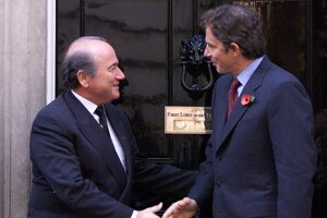 Britský premiér Tony Blair (vpravo) sa lúči so Seppom Blatterom, prezidentom FIFA 26. októbra na schodoch budovy na Downing Street č. 10 v Londýne po rozhovore, ktorého hlavnou témou bola ponuka Veľkej Británie usporiadať Majstrovstvá sveta vo futbale v roku  2006.