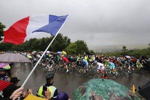 Cyklisti na Tour de France počas piatej etapy.