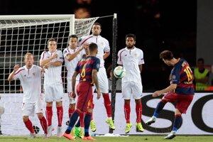 Lionel Messi (vpravo) zahráva priamy kop a vyrovnáva na 1:1.