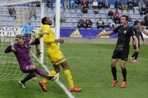 Hráč Michaloviec Peter Nworah (v žltom) atakuje brankára Skalice Andreja Fišana.