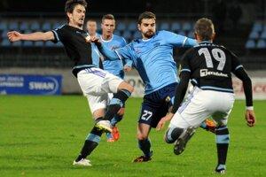 V spleti hráčov bojujú o loptu Slobodan Simovič zo Slovana (vľavo) a Márius Charizopulos z Nitry.