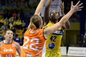 Hráčka Košíc Shenise Johnsonová (vpravo) zakončuje na kôš.