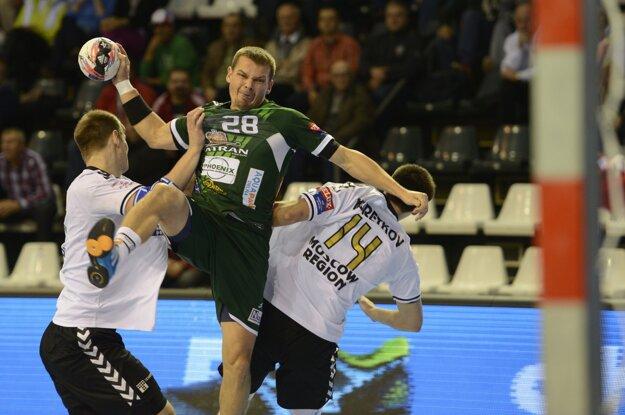 Radoslav Antl (v strede) zakončuje pomedzi dvoch brániacich hráčov súpera.