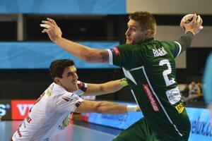 Oliver Rábek sa snaží dostať k strele cez brániaceho Naranja Sancheza.