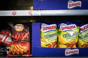 Zemiakové chipsy Slovakia a Lays.