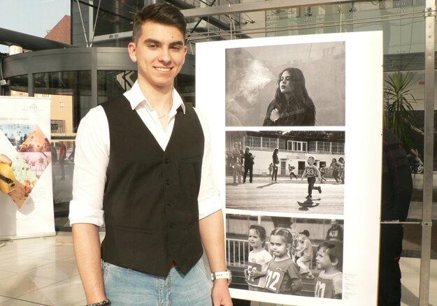 Adam Žember socenenými snímkami.