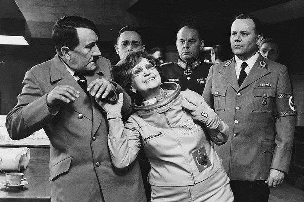 """""""Jé, Patri, podívej, to je Hitler!"""" zvolá na ceste časom Marie Rosulková v komédii Zajtra vstanem a obarím sa čajom (1977)."""