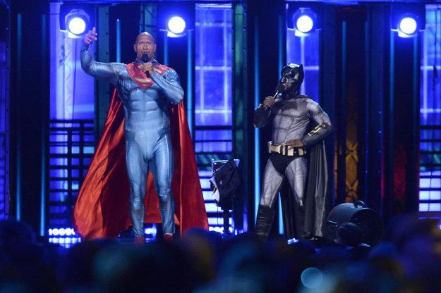 Moderátori večera Dwayne Johnson a Kevin Hart prezlečení za superhrdinov.